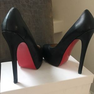 Pre-Owned Christian Louboutin Daffodile Black 36